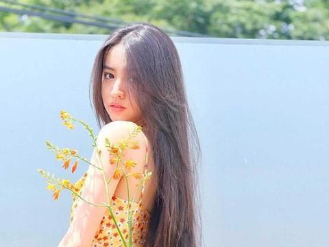 17岁一米七,木村光希穿着一身印花连衣裙,气质直逼一线女星