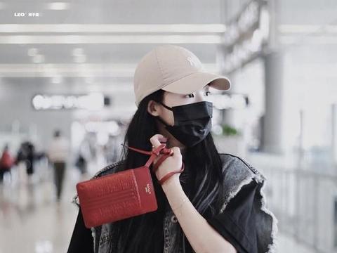 孙芮最新机场look分享,毛边牛仔马甲和印花T叠穿搭配,slay全场