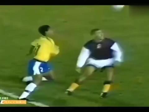 罗纳尔迪尼奥的14个不可思议的进球,足球场上唯一的精灵