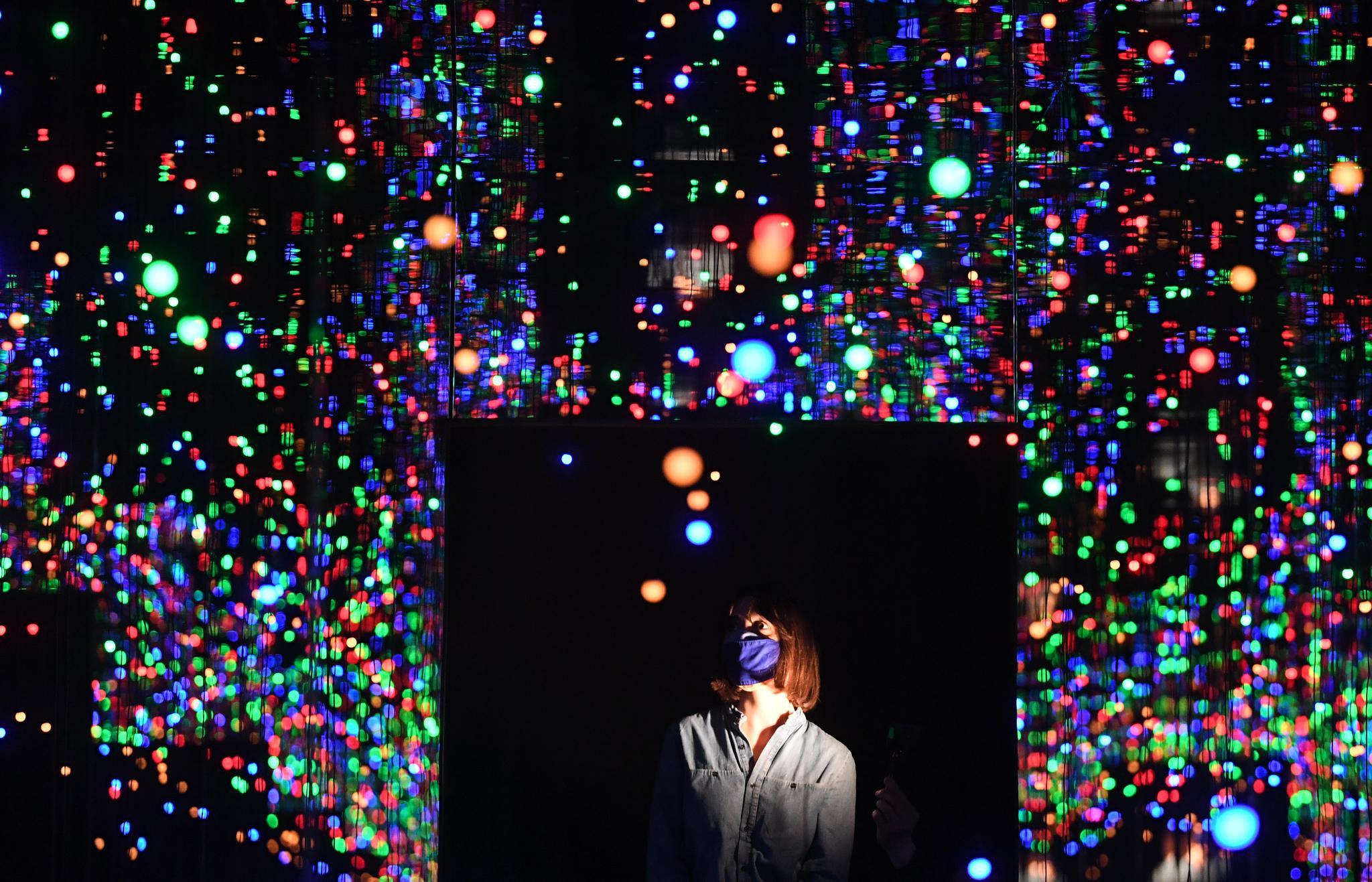 《草间弥生:无限镜室》艺术展