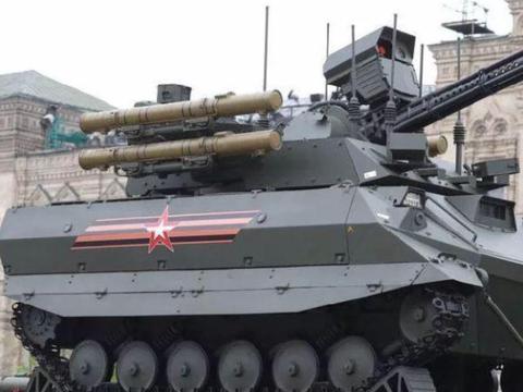 """红场阅兵突现俄罗斯""""杀器"""",无人操作火力极猛,普通卡车就能拉"""
