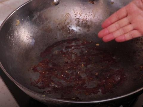 锅烧糊了,万万不可用钢丝球擦,学会这个诀窍,立马还你一口新锅