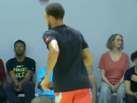 篮球世界:小学生库里VS高中生学员,库里上演勉扣大风车