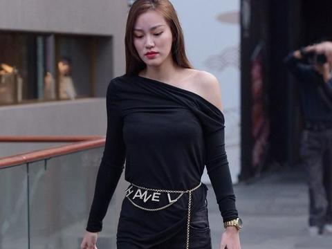 黑色露肩长袖搭配低腰破洞打底裤,中性搭配,更加具有青春活力感