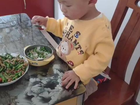 奶奶中午炒的菜是里脊板筋炒菜豌,好嫩,瘦肉丝炒蒜苔脆脆的