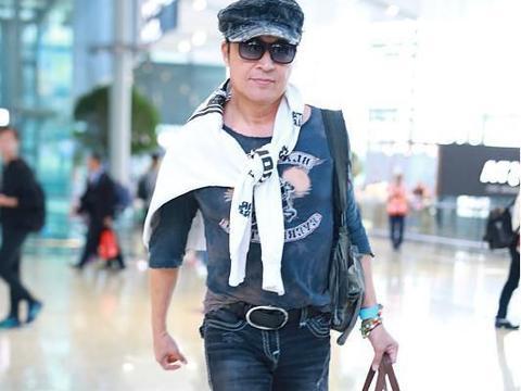 59岁马景涛穿破洞牛仔裤赶时髦,帅气值爆表,一点不输时尚男模