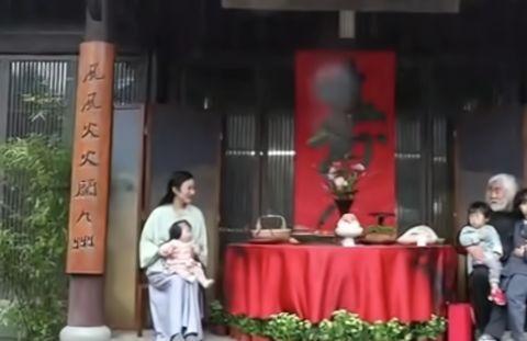 张纪中70岁大寿,小31岁娇妻忙里忙外显贤惠,老中青幼四代送祝福
