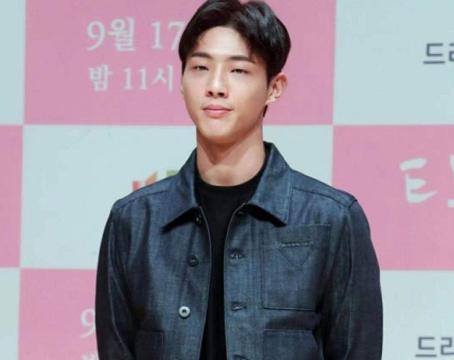 韩男星金志洙被经纪公司解约,曾因校园暴力事件下跪道歉