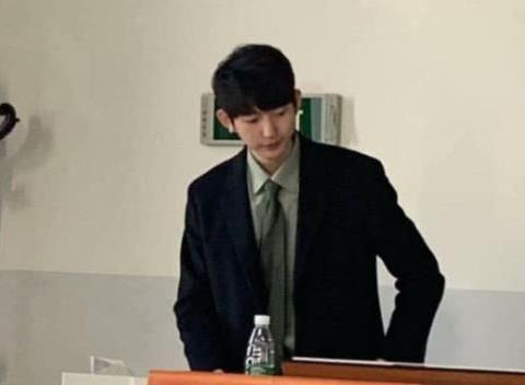 河北大学帅气男老师,示范秧歌走红网络,网友:又是别人家的老师