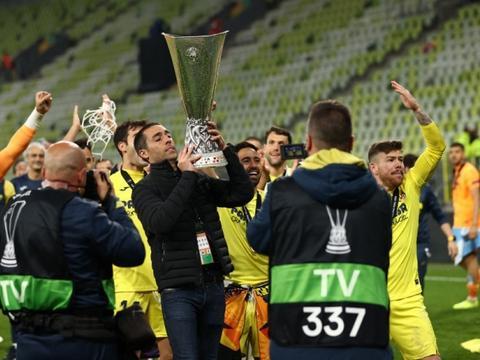 暖心一刻,去年退役的黄潜老队长索里亚诺举起欧联奖杯
