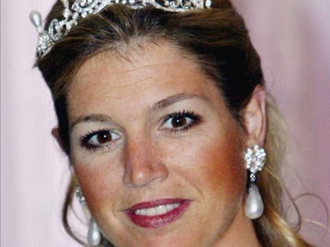 荷兰王后50岁生日引起关注,珠宝搭配,凸显精致美丽的端庄形象
