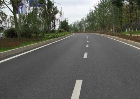 柏油路越来越普及,为啥农村修路却还是水泥路?3个原因