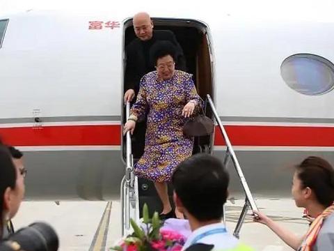 迟重瑞与陈丽华现身某机场,私人飞机豪气逼人,有人拍照有人献花