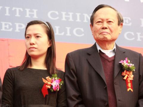 """28岁翁帆嫁给82岁杨振宁,相差54的""""爷孙恋"""",真的幸福吗?"""