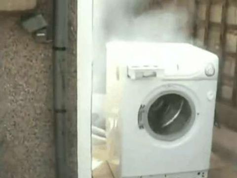 男子将板砖丢进高速转动的滚筒洗衣机,最后是这样的结果