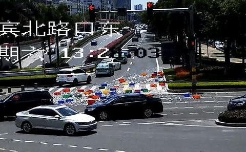 货车转弯撒落50筐瓷碗,路面全是碎瓷片!热心市民纷纷加入清扫!