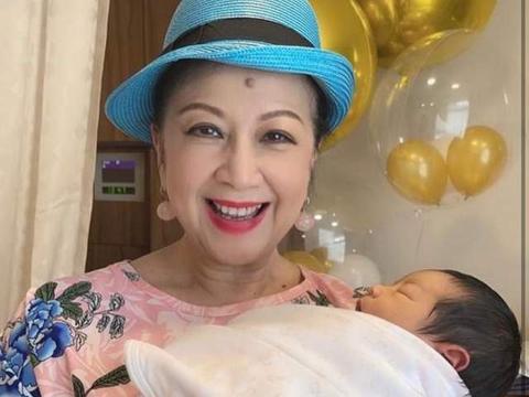 71岁薛家燕官宣当奶奶,怀抱孙子满脸喜悦,宝宝秀发浓密萌态足
