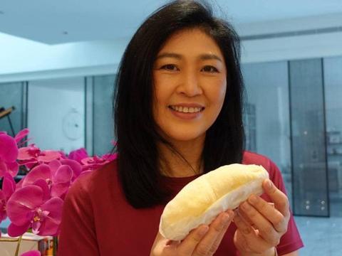 英拉和他信再次露面:想念泰国人民,演示吃榴莲,希望能帮到农民