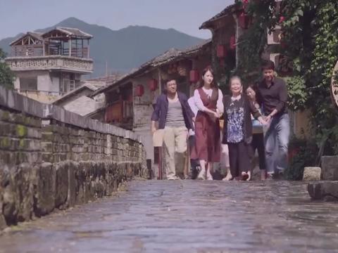 向往的生活:冯爷爷把酱菜馆打扫好,将红色丝巾交给奶奶