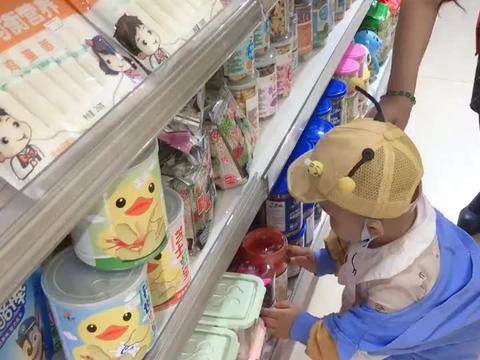 宝宝逛母婴店了?浑水摸鱼捞上饼干就想开溜,被老板发现,丢人了