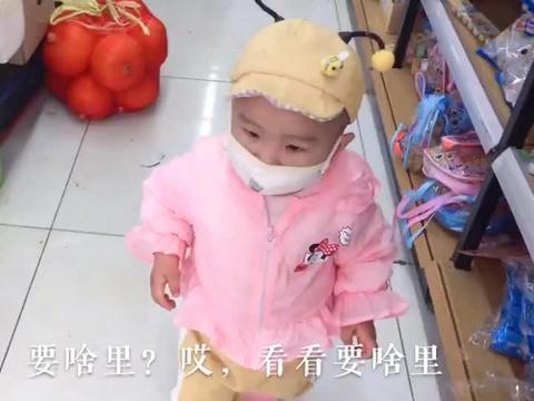 宝宝狂购菜店了?顺手牵羊偷走了一个大西瓜,幸亏奶奶发现,丢人