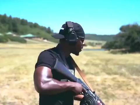 老外靶场试射的步枪,配备了弹鼓,这造型太奇特了