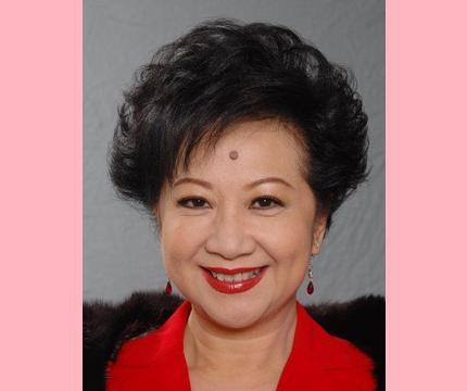 71岁薛家燕官宣当奶奶!抱孙子笑超甜,儿媳刚生产完美貌堪比明星