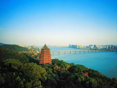 杭州有一处名胜古迹,造型奇特,构思精妙,外观呈现八角形
