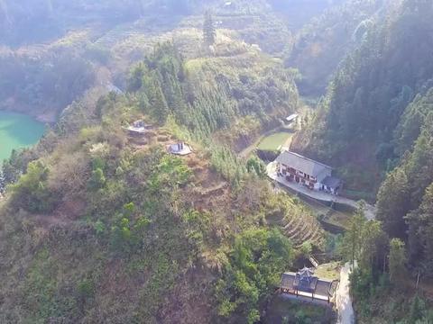 四面青山环抱,航拍大山里的一户人家,水泥路修到家门口