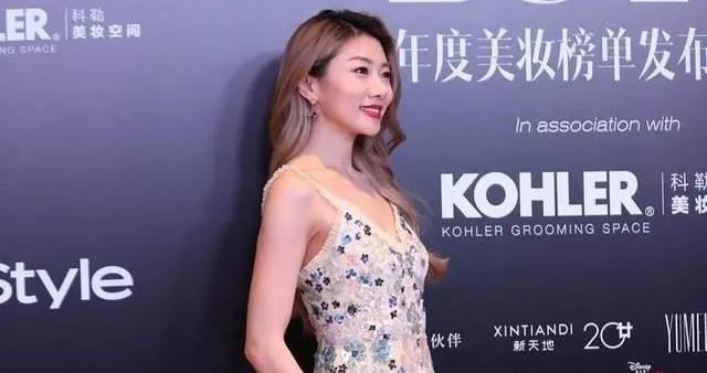 郑恺的前女友程晓玥太美了!穿着吊带连衣裙高级优雅,青春感满分