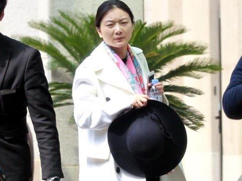 张艺谋妻子在机场被拍,素颜有点上年纪,小31岁气质并不清纯!