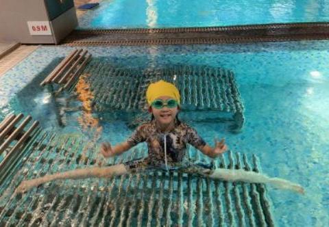 著名演员鲍蕾晒女儿在泳池的照片,引起网友热议