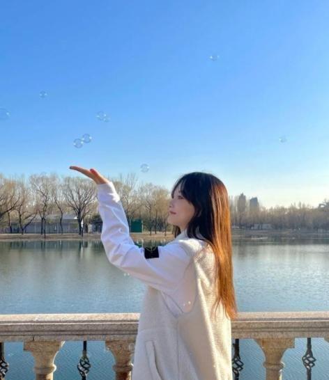 39岁李小璐跟小姑娘似的,叠穿马甲配运动鞋,吹泡泡机太唯美了