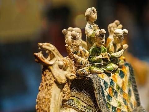 唐三彩是世界闻名的中国陶器,哪三种颜色组成了它的主要釉色?