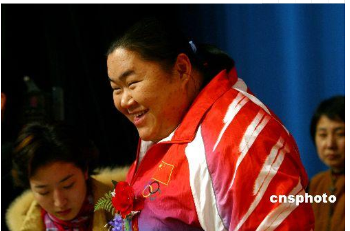 举重冠军唐功红,为国争光冒死一举后七窍流血,结婚8年没有孩子