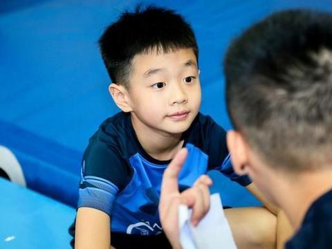 软萌杨阳洋进化,成为俊美暖男,11岁腿长就超过杨威