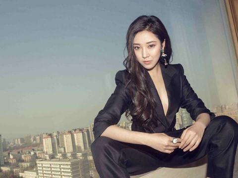 菅纫姿的品味是真的好,穿黑色西装连体裤潇洒霸气,帅得让人心动