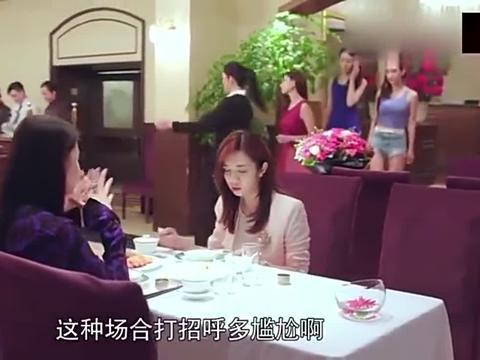 情敌请客,美女在她面前优雅吃螃蟹,闺蜜在另一桌吃嗨了顺带打包