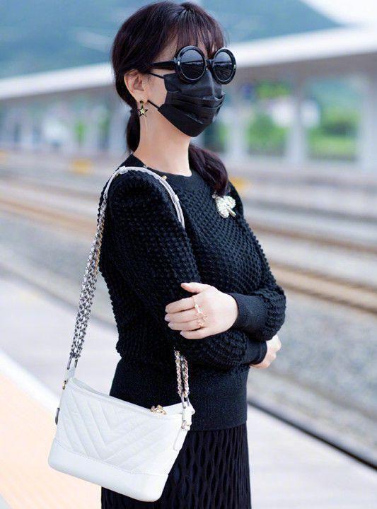 赵雅芝到底会不会变老,穿流苏长裙搭短靴,这气质不得了