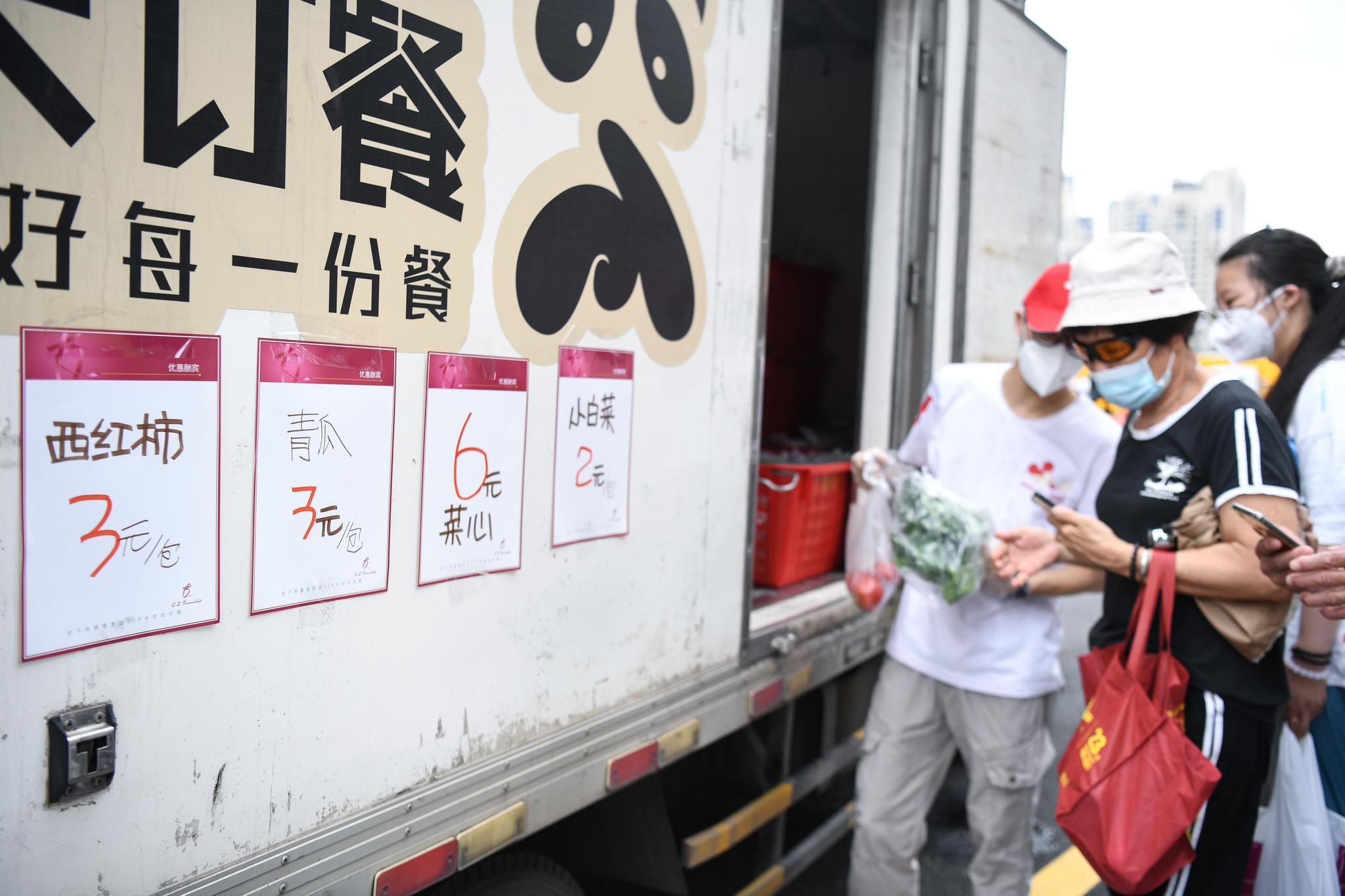5月30日,广州市民在广钢新城广州友谊商店移动服务点购买蔬菜。图片来源:新华社