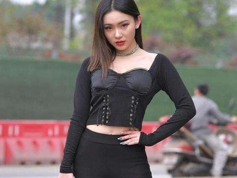 黑色露脐长袖搭配低腰打底裤,轻松拥有,且穿出温柔柔美