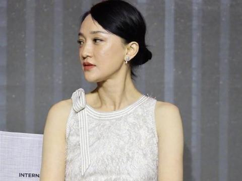 46岁周迅罕见现身活动,身穿白色无袖短裙,妆容精致