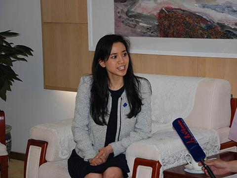 香港未来的女首富,一人控制了8家上市公司,如今却跟宗馥莉一样