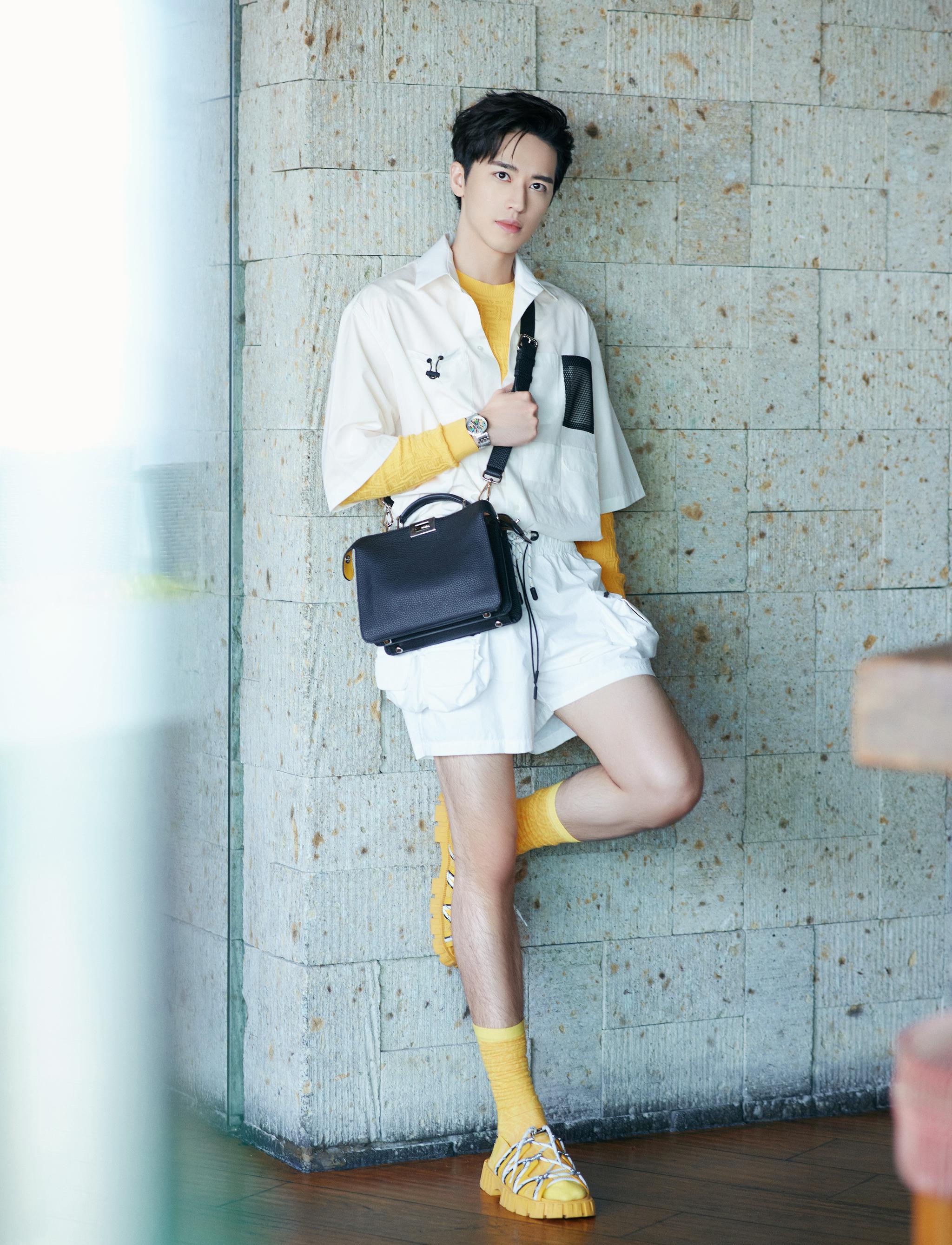 现身上海活动,短裤搭配长袜更显腿长……