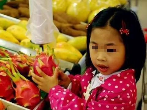 女童偷吃1颗葡萄,店员:60一斤赔钱!宝妈:宝宝,葡萄甜吗