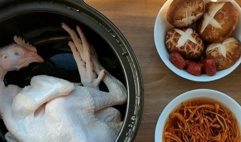 高营养汤品:虫草花鸡汤,汤色清亮香味浓,美味滋补又解馋