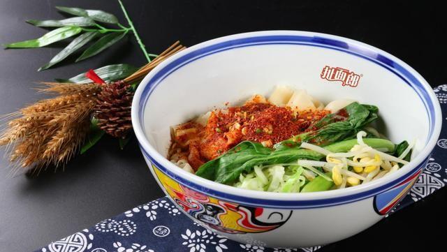 面条像裤袋肉肥不腻,陕西面食在国外爆红,老外为吃面学习用筷子