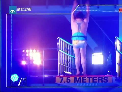 刘雨欣登上3米跳台,老妈在现场观看
