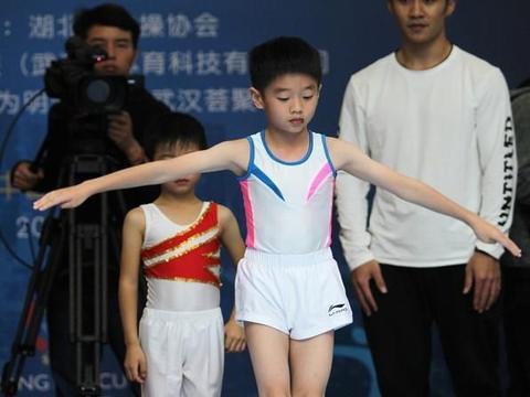 奥运冠军杨威曝和儿子合照,杨阳洋11岁身高直逼父亲,非常帅气