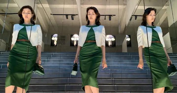 刘芳菲罕见名媛风造型,绿裙叠穿披肩走猫步,气质稳赢董卿周涛
